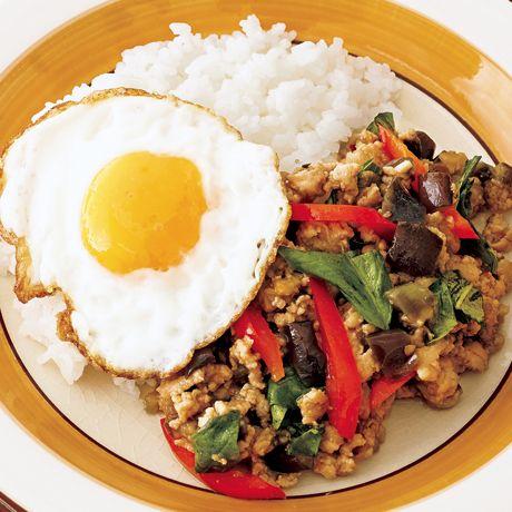 レタスクラブの簡単料理レシピ バジルの香りが広がる、本格エスニック味!「なすのガパオ飯」のレシピです。