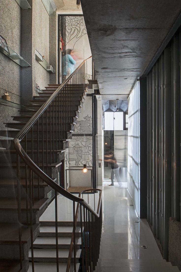 Schodiště není jediným spojovníkem mezi jednotlivými podlažími domu. Rodina může využívat moderní domácí výtah.
