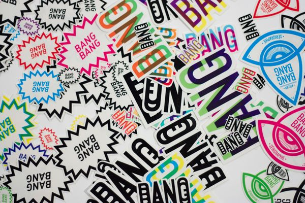 Atelier BangBang es el resultado de un proyecto universitario de Simon Laliberté de un taller de serigrafía que se volvió realidad en 2012. La identidad está ¡increíble! La paleta de colores arcoiris para la papelería quedó genial, y tiene muchísimas aplicaciones: tarjetas de presentación, stickers, libros de cerillos, cinta y etiquetas para correo, envase y embalaje para sus productos (el papel para envolver está divino), pósters, etc.