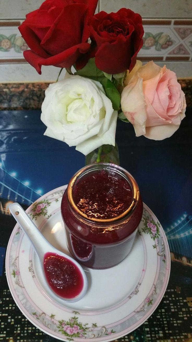 MERMELADA DE ROSAS INGREDIENTES : 150 g de pétalos de rosa (de casa,que no hayan sido tratados con pesticidas) 2 limones 400 g de azúcar 500 g de agua 1 ...