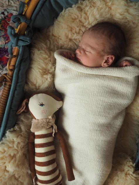 À la naissance de ma fille j'ai vite remarqué qu'elle avait besoin d'être «contenue», les sages femmes m'avait dit que c'était très courant et tout à fait normal. Neuf mois à l'étroit et d'un coup tout cet espace. de quoi avoir quelques angoisses! J'ai fait pour violette avec les moyens du bord et j'ai vite regretté de ne pas lui avoir tricoté un cocon de laine. Les copines se sont chargée de faire de beaux bébés, alors j'ai pu imaginer pour eux un cocon tout simple mais bien efficace…
