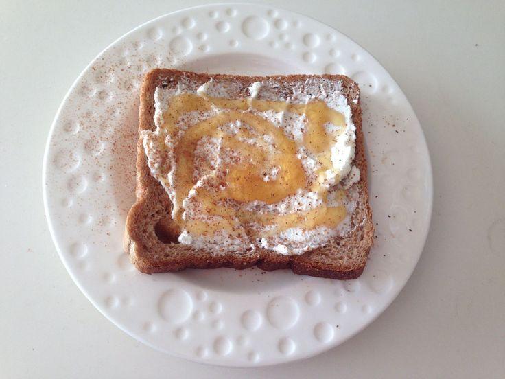 Ψωμί ολικής με κατίκι μέλι και κανέλα