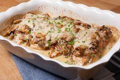 Malse kipfilets omwikkeld met spek, overgoten met romige champignonsaus en gegratineerd met kaas in de oven. Comfort food op zijn best!  Het is alweer even geleden dat ik dit gerecht maakte, maar bij