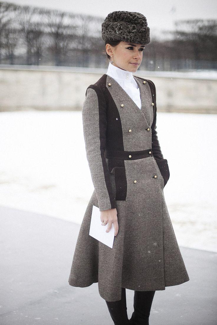 Street style en la alta costura de Paris primavera verano 2013: Miroslava Duma Y Miroslava Duma hizo que París fuera un poco Moscú. Esa mirada enmarcada en un rotundo eyeliner, esa mano metida despreocupadamente en el bolsillo, ese gorro soviet... Todo en la it girl rusa es cuestión de actitud.