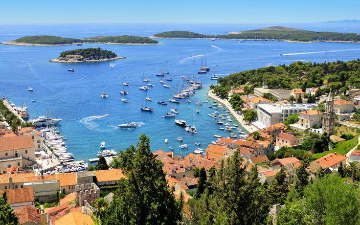 Hvar houkuttelee eloisilla keskiaikaisilla kaupungeilla, ihanan kirkkailla vesillä, hauskalla yöelämällä ja hyvällä ruoalla maalauksellisissa ravintoloissa. www.apollomatkat.fi #Hvar #Kroatia