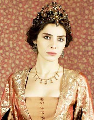 Mahidevrán -La concubina favorita del sultán Suleimán a quien conoció antes de ser coronado, cuando él era el príncipe heredero, encargado de gobernar el distrito de Manisa.  Ella es la madre del pequeño príncipe heredero actual, Mustafá. Su vida caerá en el caos cuando se vea que Suleiman se enamora de Alexandra y la comienza a dejar de lado.