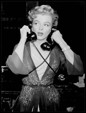 """1952 / Marilyn sur le tournage du film """"Don't bother to knock"""" / En 1952, Marilyn, qui commence déjà à se faire un petit nom à Hollywood grâce à quelques apparitions remarquées dans les grands films de l'époque (""""Eve"""" de MANKIEWICZ, """"Quand la ville dort"""" de HUSTON) est alors sous contrat avec la Fox qui cherche à lui offrir son premier grand rôle. Un an avant sa composition légendaire dans """"Niagara"""", la jeune actrice a l'habitude de jouer les ingénues (""""Les hommes préfèrent les"""
