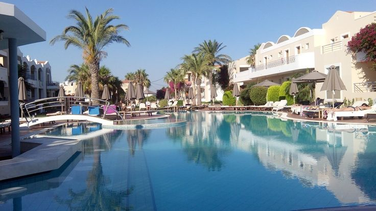 Vi kommer bo på det fantastiska hotellet Pelagos Suites Hotel. Fina pooler, nära till stranden, och inte långt ifrån Kos stad. | http://halsoresor.se/ #hälsa #hälsoresor #Strandgårdens_Hälsoresor #Kos
