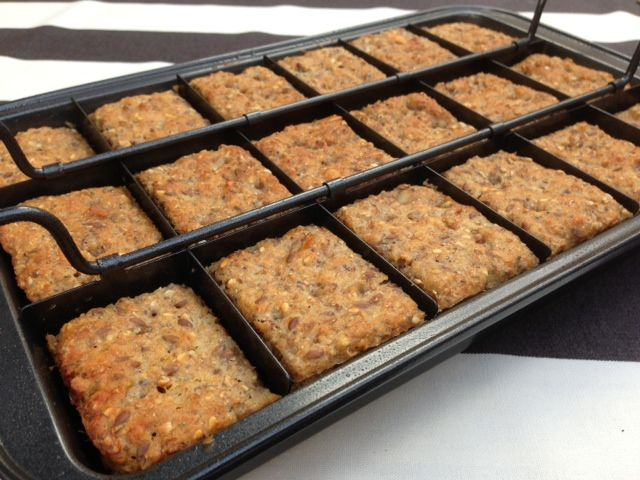 Rugbrød uden surdej - Et lækkert rugbrød eller skolerugbrød der er lige så hurtig at tilberede som grovboller. Tilsæt kerner og de frø du allerbedst kan li.
