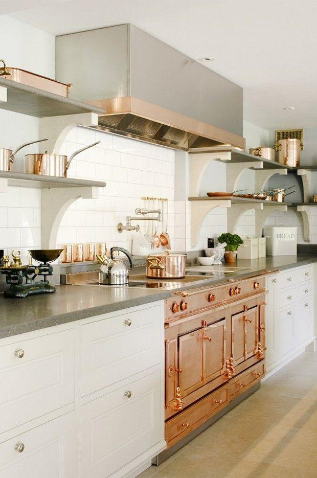 O brilho do cobre embelezando uma cozinha branca.  Fotografia: Reprodução.