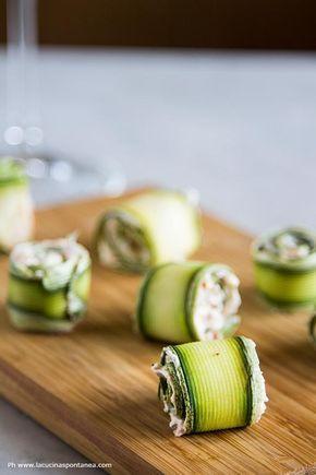 Involtini di zucchine vegetariani, con robiola, pomodori secchi e capperi. Un aperitivo estivo, fresco e da preparare senza l'uso dei fornelli. Scopri di più.