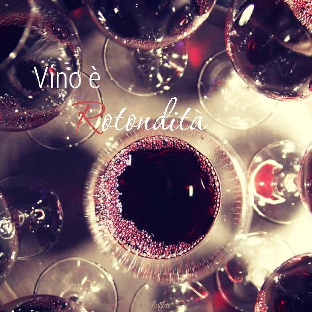 #ParoleDiVino Oggi vi spieghiamo di che cosa si parla quando si dice #rotondità riferendosi a un vino. La rotondità di un vino ne descrive la struttura in bocca. Un vino rotondo è liscio e gentile sulla lingua; al contrario un vino duro dà la sensazione di una pietra fredda e angolosa. Tale equilibrio si realizza quando tutti i componenti – cioè alcol, acidità, tannino e dolcezza – sono in perfetta armonia e nessuno di loro prevale sugli altri.