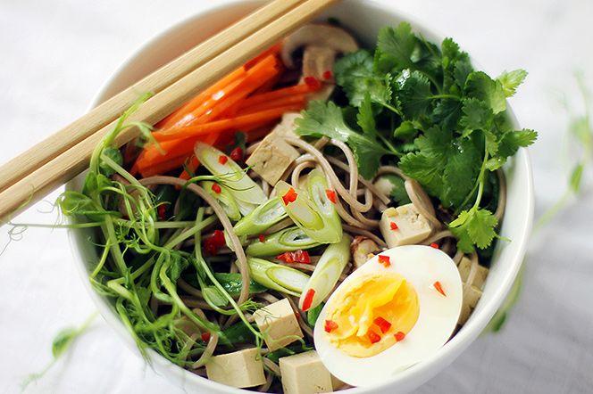 Asiatisk nudelsoppa med tofu och vårprimörer. Snabbt, enkelt och vansinnigt gott! Med friska smaker och färggranna vårprimörer blir den här asiatiska tofurätten vårens favorit.