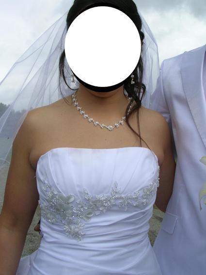 Vends robe de mariée blanche taille 38 à 42 (la robe se ferme dans le dos avec un lien donc taille ajustable).    Des perles sont brodées sur le bustier et des strass sont parsemés sur le bas de la robe.    Prix :  200€ pour la robe    J'offre le jupon et
