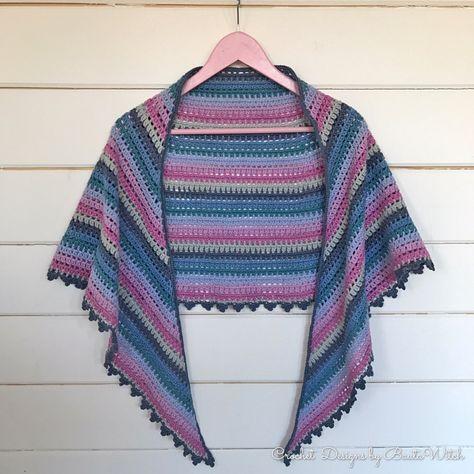 Jag tycker mycket om sjalar och ponchos! Så självklart var jag sugen på att virka en ny sjal nu till våren. En halvmåneformad sjal kan du bära över dina axlar som en mer traditionell trekantssjal m…