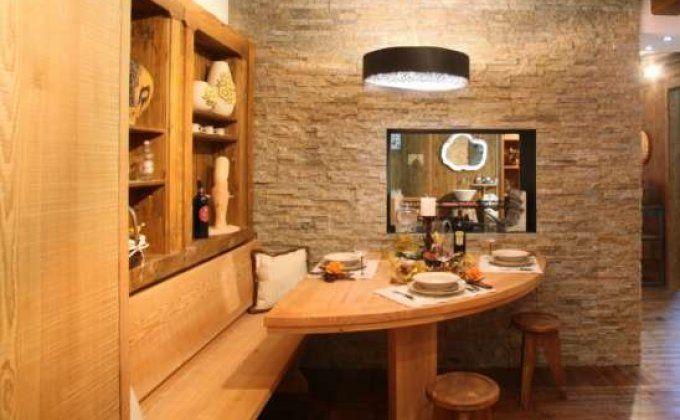 ... deserto: tavolo sagomato con panca e rivestimento a parete nicchie