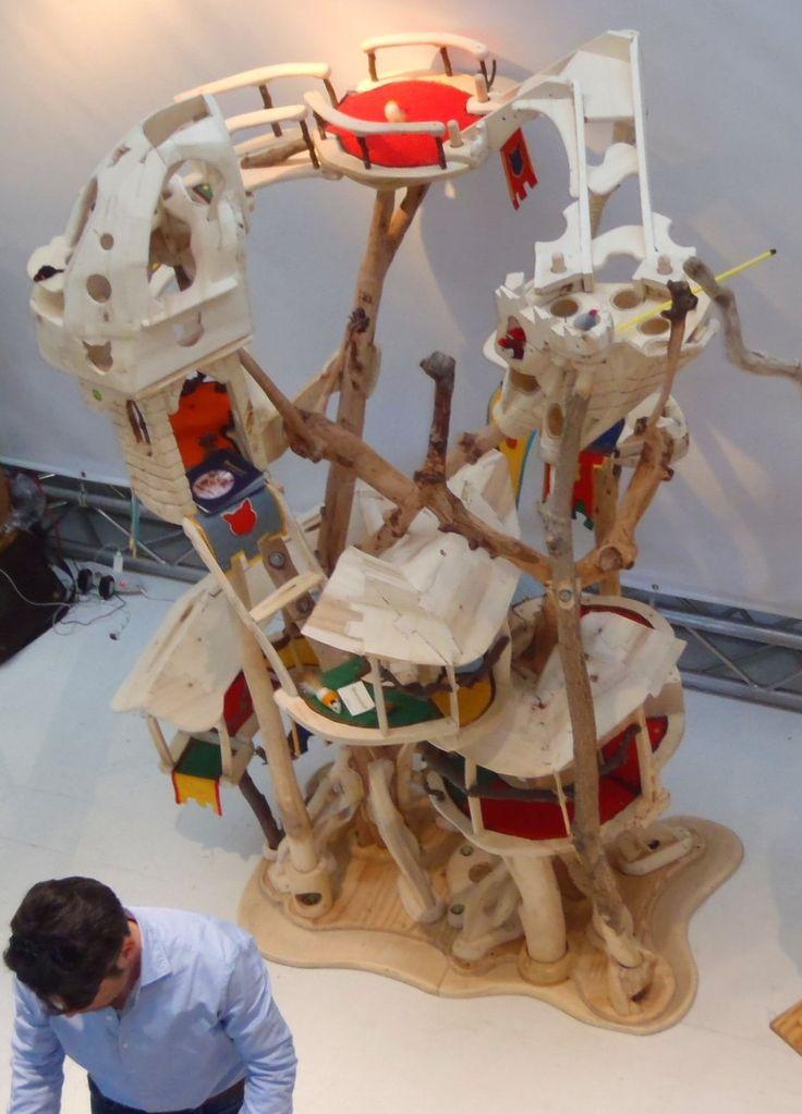 DOMUSFELIS 2016  In due metri per uno e mezzo di profondità si sviluppa un percorso pergolato, sorretto da due alberi di pruno, che porterà i vostri gatti sino alle postazioni più alte della sruttura. Pioppo stagionato, albicocco, piracantia e bambù sono i legni usati. Il prodotto è smontabile e trasportabile. #catcastle #cattower #cattree #specialplayzoneforcats #cattoy #catenclosure #catfrendlyhouse #petdesign #amazingcatscratching #catscratchforniture #cataccessories #cathouse