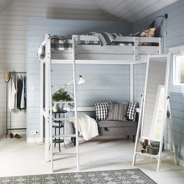 Un lit mezzanine pour un coin nuit et salon chez IKEA. Très pratiques, les lits mezzanine laissent la place pour installer une banquette ou un canapé au sol et ainsi délimiter un coin nuit et un coin salon ou bureau.