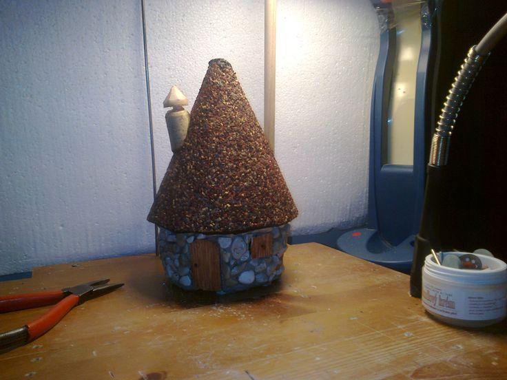 domeček na zahradu,cement smíchaný z lepidlem,oblázky křemene,dveře a okno ze sirek,komín ze špuntu od vína ,ipa s posypem