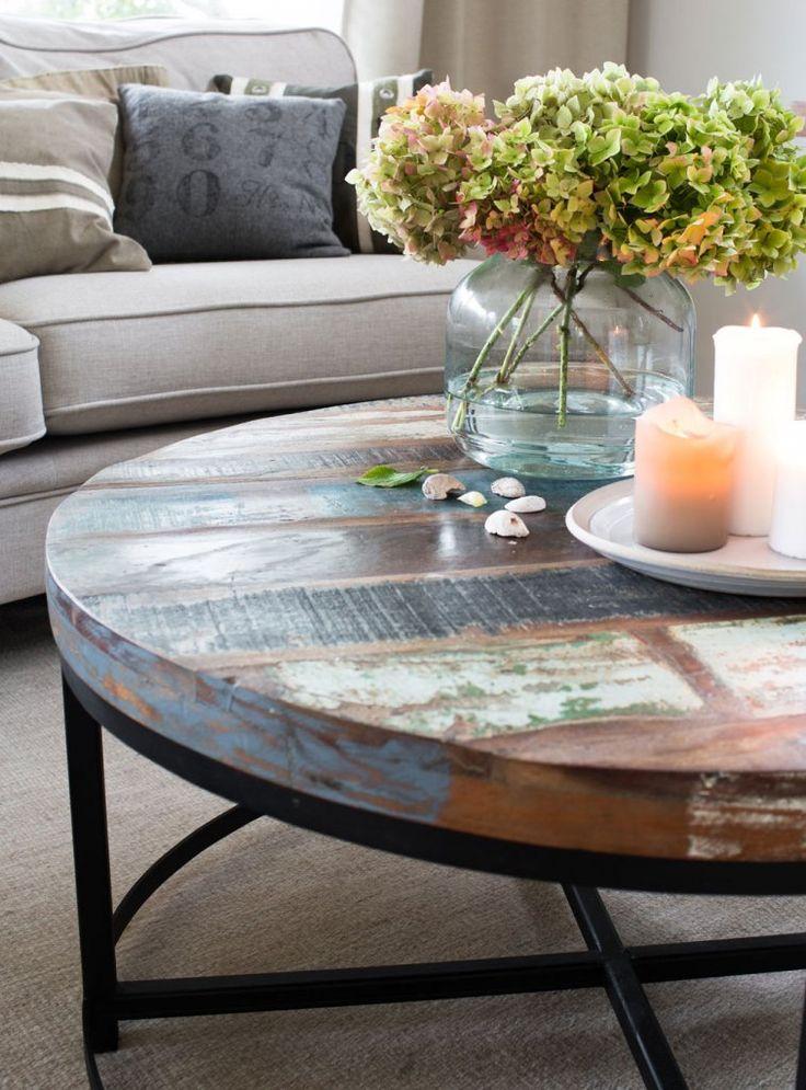 Vackert runt soffbord med bordsskiva av färggrant återvunnet trä.  Finns i två storlekar:  Diameter 90 eller 70 cm Höjd: 45 cm  Bordet som är 70 cm i diameter finns tillgängligt för leverans i slutet av juni Bordet som är 90 cm i diameter finns tillgängligt för leverans i början av juli
