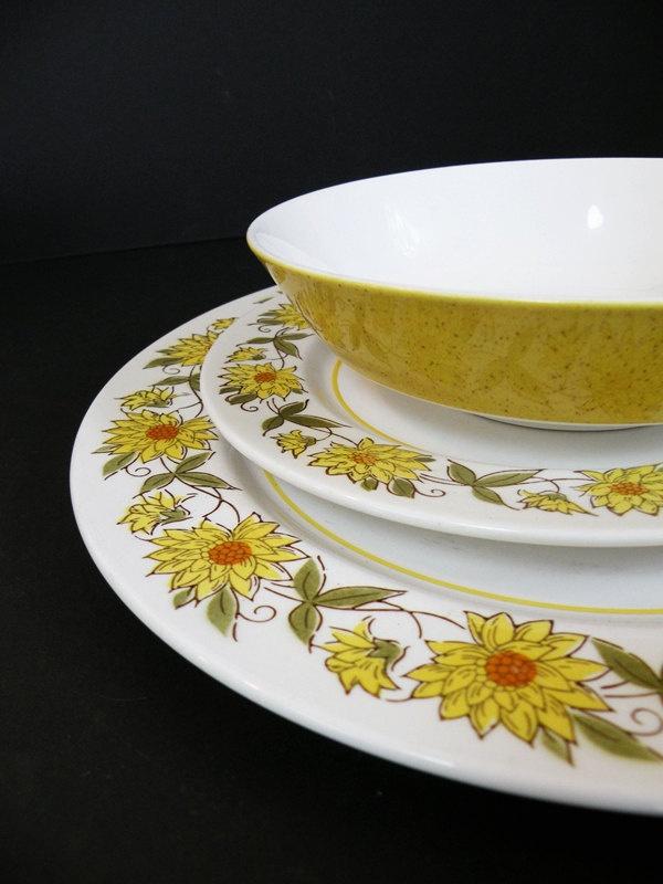 Mikasa Mediterranea Caracas Plates and Bowls Sunflowers Yellow and White. $35.00, via Etsy.