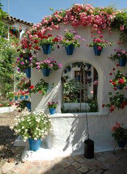 Competição de vasos nas janelas deixa toda cidade e spanhola florida!    Cidade de Córdoba...Espanha.   Córdoba, Andaluzia, comemora...