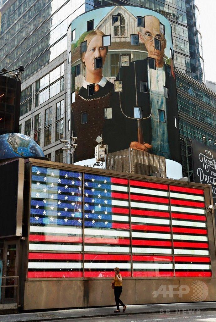 米ニューヨーク(New York)にあるナスダック(NASDAQ)ビルの電光掲示板に表示される、グラント・ウッド(Grant Wood)の作品「アメリカン・ゴシック、1930(American Gothic,1930)」(2014年8月4日撮影)。(c)AFP/Getty Images/Cindy Ord ▼6Aug2014AFP NYの街を彩る著名アート作品、全米規模のプロジェクトで http://www.afpbb.com/articles/-/3022377 #New_York #American_Gothic_1930