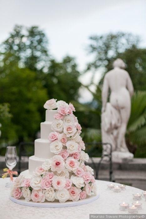 Torta nuziale a piani con rose di color rosa per un matrimonio romantic chic