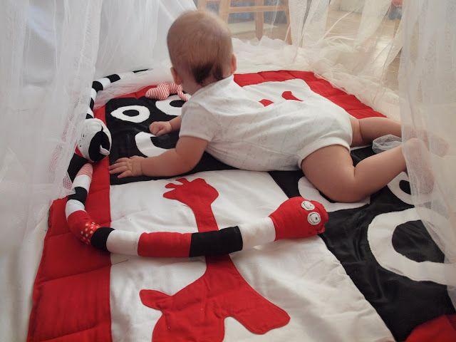 MamaZo, mamazosi, biało czarne zabawki dla niemowląt, mata edukacyjna biało czarna, mama szyje, ochraniacz do łóżeczka, wąż biało czarny,