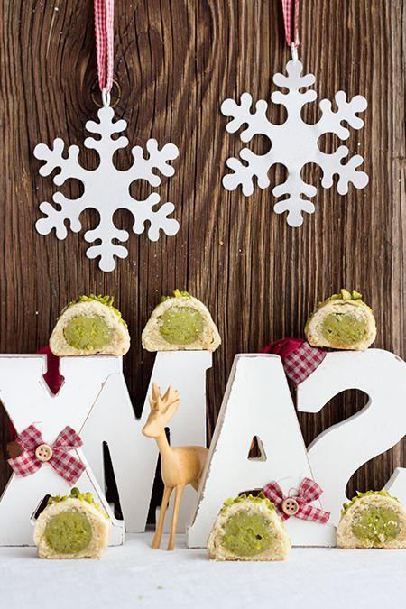 Pistazien-Plätzchen schmecken nicht nur an Weihnachten. Innen ist ein Kern aus Marzipan und gemahlenen Pistazien, den ein knackiger Mürbeteig umschließt.