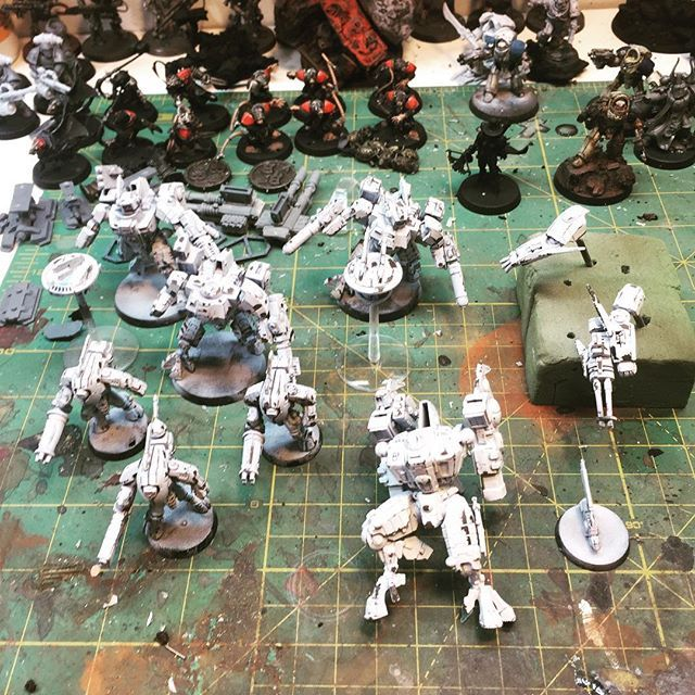 Just batch painting some more #tau battlesuits. Been a slow hobby week,but I'm amazed I now have 400 followers! Thanks guys!  #tauempire #warhammer #warhammer40k #gamesworkshop