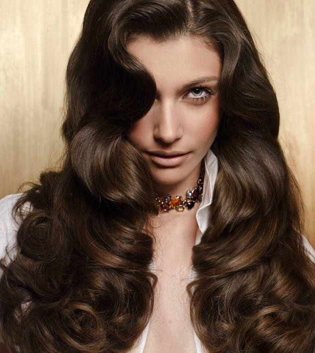 Rita Hazan: Τα σκούρα μαλλιά φαίνονται πάντα υγιή και λαμπερά, γιατί αντανακλούν καλύτερα το φως. Σε κάθε περίπτωση, το χρώμα που διαλέγετε θα πρέπει να είναι ένα τόνο πιο ανοιχτό από αυτό που θέλετε να πετύχετε, καθώς το χρώμα βγαίνει πάντα πιο σκούρο από αυτό που φαίνεται στη συσκευασία βαφής.