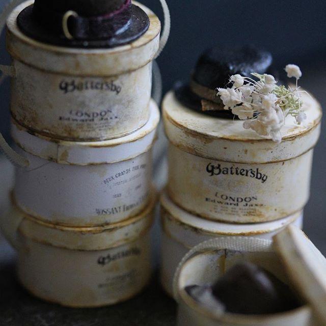 . 2017.6.5 . * miniature hat box * . 帽子を収納する箱を作りました。 . 明後日は人生初の大腸カメラ。 今日から少し食べ物に気をつけてます。 今から少しドキドキ😅 . . #ミニチュア#ドールハウス#ハンドメイド#ハットボックス#帽子#箱#サークルボックス#アンティーク#miniature #miniaturedollhouse #handmade #hatbox#hat#box#antique #instpic #instagram #instagood #instdaily