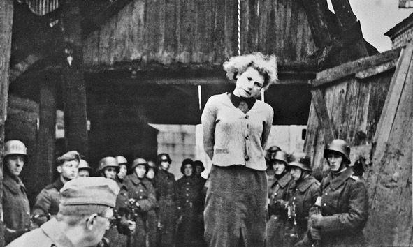 Ocupantes alemanes ahorcan a una patriota soviética en Minsk en 1941. © RIA Novosti