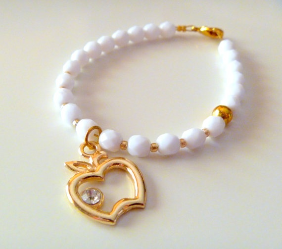 White beads bracelet with golden apple charm by NNbraceletsandmore, €9.00