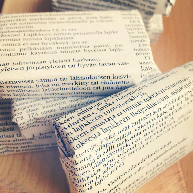 Soap packaging, using pages from my old law book / Saippuan paketointi, käytössä vanhan lakikirjan sivut