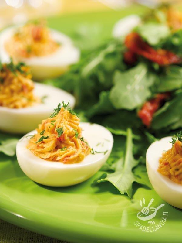Le Uova ripiene con tonno e maionese sono un piatto molto classico, che non passa mai di moda, e piace sempre a tutti! Andrete sul sicuro!