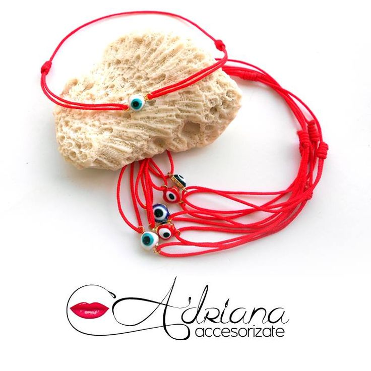 """Estos """"hilitos"""" estan muy de moda! pulsera en hilo rojo chino mas dije de ojo turco. llévala siempre en tu muñeca para las buenas energías y buena suerte. #accesorios #suerte #energia #positiva"""