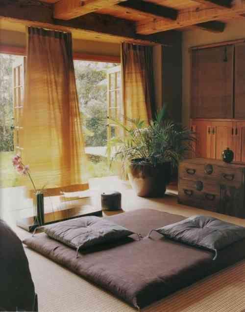 Une salle de méditation minimaliste ouverte sur le jardin d'extérieur