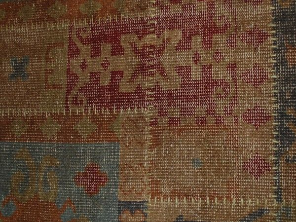 jordfarget vevd teppe med multifarget ornamenter