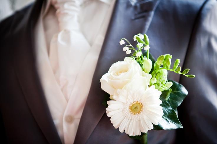 Corsage bruidegom, bruiloft Den Bosch, witte bloemen huwelijk, bruidsfotografie #bruidsboeket #bruidsfotograaf #bruidsfotografie Dario Endara