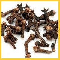 Conhecido também como cravinho, o cravo da índia é originário da Indonésia, de uma árvore nativa da região. O botão de sua flor é colhido ainda rosa e, depois de seco, é utilizado como especiaria, na tradicional forma que conhecemos.... Leia mais...