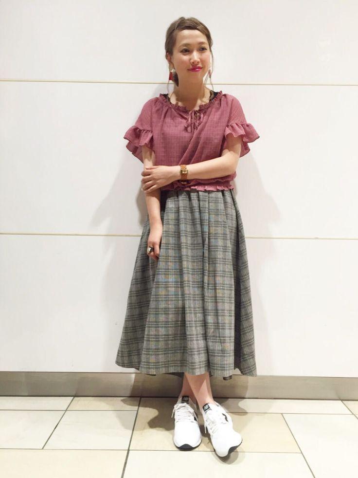 おすすめコーデ 秋を先取りのチェック柄スカート。ひらひらとボリューム感が可愛いデザインです。ゆるっと感とカラー展開が可愛いブラウスを合わせたガーリースタイルに。