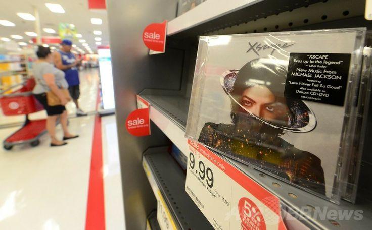 米カリフォルニア州アルハンブラ(Alhanbra)にある小売大手ターゲット(Target)の店頭に並ぶ、故マイケル・ジャクソン(Michael Jackson)の未発表作品8曲を収録した新アルバム「Xscape(エスケイプ)」(2014年5月13日撮影)。(c)AFP/Frederic J. BROWN ▼14May2014AFP|マイケル・ジャクソン新アルバム「Xscape」、欧米各国で発売 http://www.afpbb.com/articles/-/3014899 #Michael_Jackson #Xscape