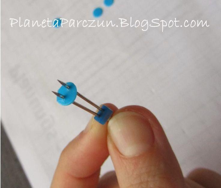 Knoopjes maken uit de dippen van frisdrankflessen met een perforator en gaatjes met dubbele naald