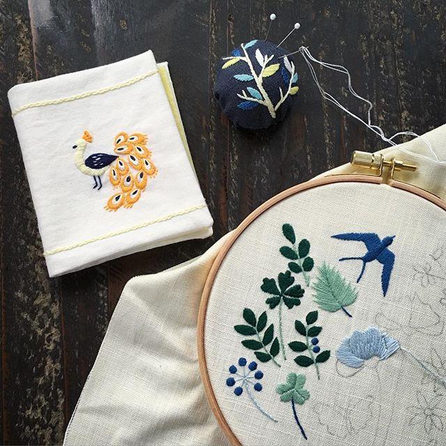 WEBSTA @ annastwutea - 刺繍教室では、基本のステッチが終わったらこのセットを作る方が多いです。ニードルブック(針ケース)とピンクッション。『annasの草花と動物のかわいい刺繍』河出書房新社にも載せています..#刺繍 #embroidery #embroidered #embroideryart #ハンドメイド #handicrafts #handicraft #handiwork #暮らし #日々 #手作り #手刺繍 #刺しゅう #자수 #broderie #вышивка #手芸 #暮らしを楽しむ #丁寧な暮らし #日々の暮らし #チクチク #lifestyle #annasの草花と動物のかわいい刺繍 #handcraft #instagramer #handembroidered