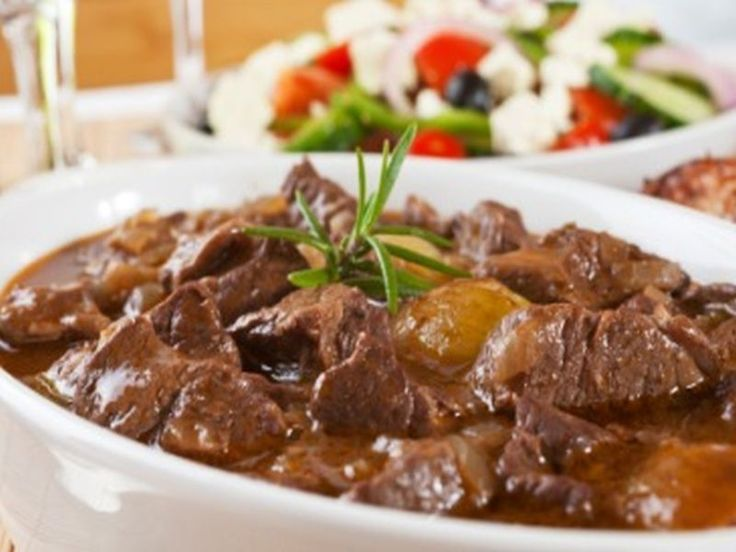Stifado Zubereitung: Für die Zubereitung dieses köstlichen griechischen Fleischragouts sollte man genügend Zeit mitbringen, dann wird das Fleisch butterzart und die würzige Soße besonders sämig. Zunächst ist …