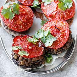 Duże pieczarki zapiekane z soczewicą i pomidorem | Kwestia Smaku