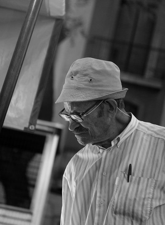 This is the most realistic of any photorealistic drawing I've ever seen. WOW.  Paul Cadden, pencil and chalk!!!