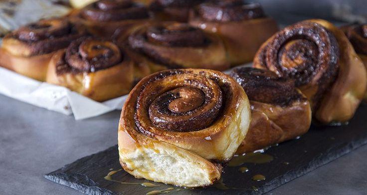 Ρολάκια κανέλας από τον Άκη Πετρετζίκη. Μία μοναδική και εύκολη συνταγή που θα βρείτε στο akispetretzikis.com και θα μοσχοβολάει η κουζίνα βούτυρο και κανέλα